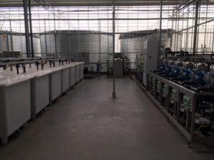 Ingerichte waterruimte met voorraadsilo's, A en B-bakken en irrigatiepompen.